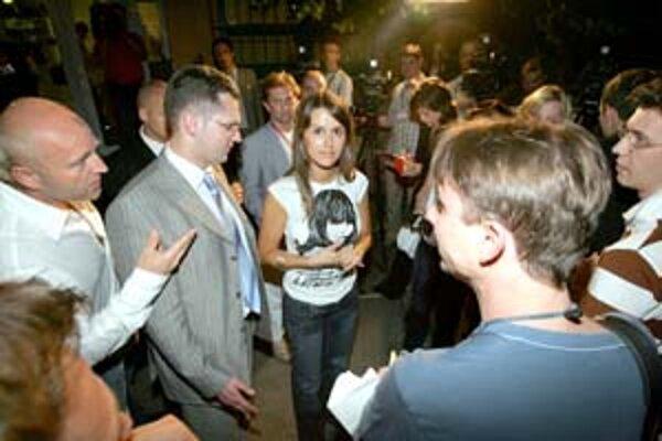 Problémy slovenských žurnalistov, ktorí strávili volebnú noc pred dverami víťaznej strany, nie sú vo svetovom porovnaní hodné zaznamenania.