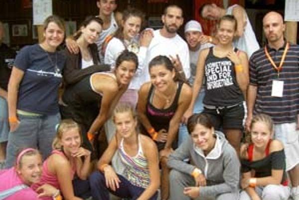 Miňo Kereš (vpravo s visačkou) so svojou tanečnou skupinou Jumbo a svetovým choreografom Marty Kudelkom (v strede s briadkou a v bielom tričku).