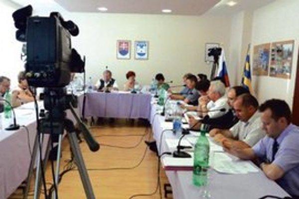 Rokovanie mestského zastupiteľstva pred kamerami.
