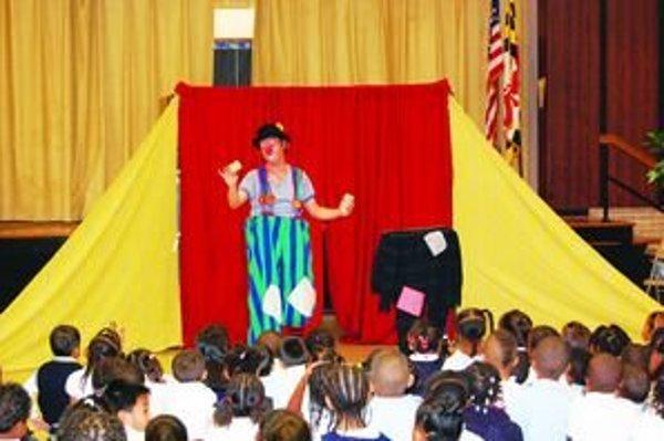 A. Ohrádka pri vystúpení v Kennedyho centre vo Washingtone D.C.. Zabával účastníkov Detského festivalu Európskej únie.