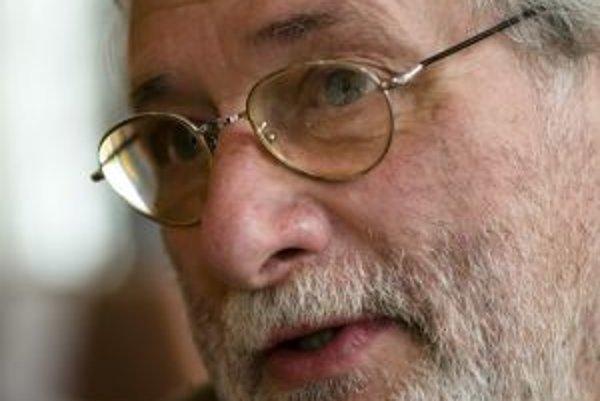 Narodil sa v roku 1946 v Bratislave. Vyučil sa na strednej umeleckej priemyslovke v Prahe. V roku 1966 nastúpil do STV, v ktorej strávil dvadsať rokov. Po odchode z nej pracoval ako maskér v Slovenskej filmovej tvorbe na Kolibe (do roku 1991). Do konca se