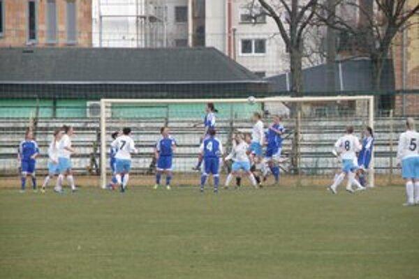 Jedna z nebezpečných situácií pred bránou domácich. Slovan z nej strelil druhý gól.