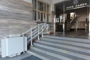 Prístup k mestskému úradu majú vozíčkari zabezpečený.