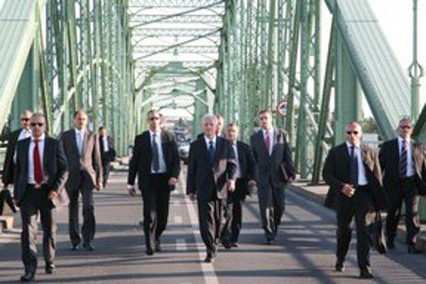 Prezident L. Sólyom (v strede) sa dostal iba na most. Ďalej ho nepustili.