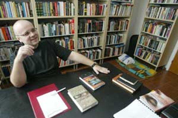 Vždy túžil mať knihy poukladané pekne v regáloch podľa abecedy. Sen sa mu splnil.