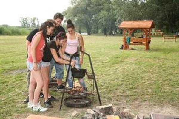 Rekreačnú zónu spestrili altánky, lavičky, stolíky a ohniská na piknik.