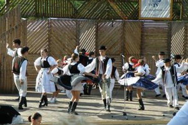Dulovce majú jediný amfiteáter na južnom Slovensku vybudovaný špeciálne pre folklórny festival.