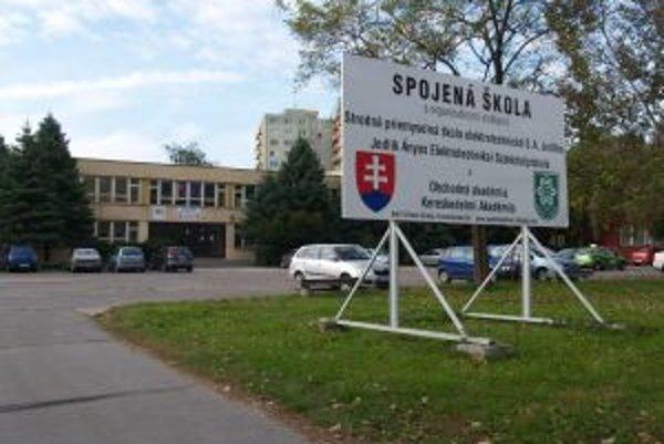 Spojená škola v Nových Zámkoch mala nadstavovať, chybou úradníčok ale žiadna nadstavba nebude.