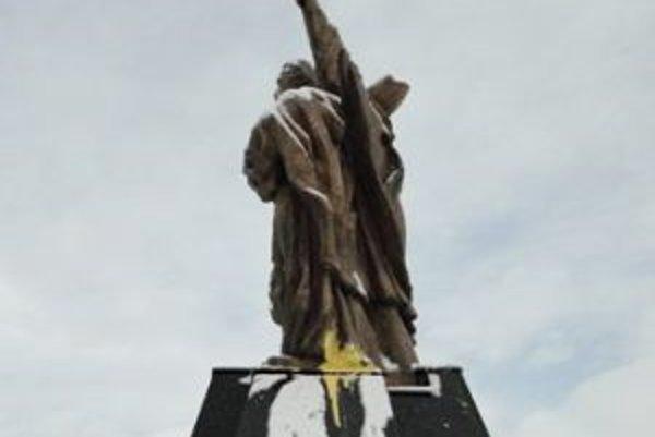 Opakovane atakovaná socha v Komárne.