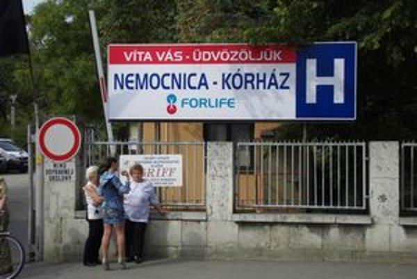 Najnovšia verzia nápisu pred nemocnicou.