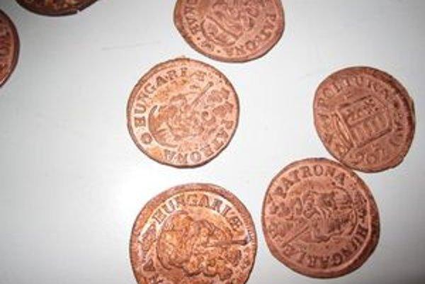 V Ponitrianskom múzeu už časť mincí vyčistili. Podľa Antona Števka, riaditeľa múzea, neboli mince nikdy v obehu. Ich razba je totiž úplne čistá, bez akéhokoľvek poškodenia. Zrejme ich zakopali ihneď potom ako ich vyrobili.