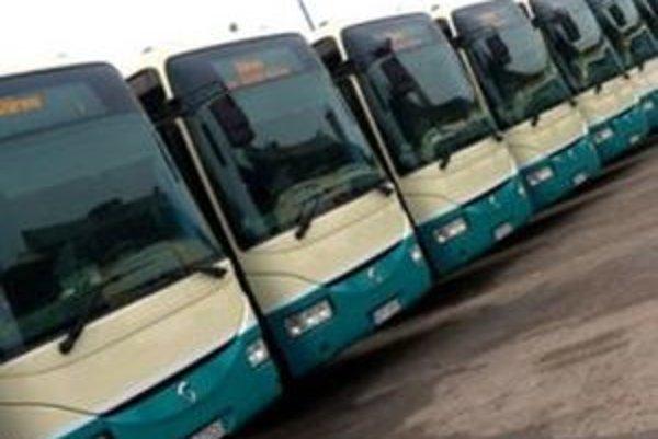 V Štúrove a v Komárne sa na elektronických paneloch vnútri miestnych autobusov objavili dvojjazyčné názvy zastávok.