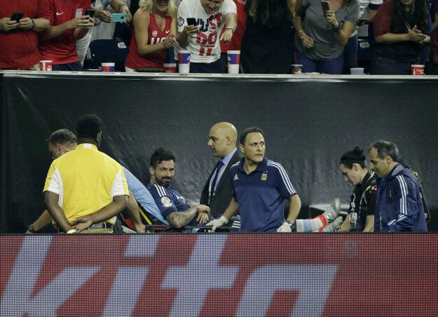 Argentínčania sa budú musieť zaobísť bez Ezequiela Lavezziho, ktorý opustil trávnik v zápase proti USA na nosidlách.