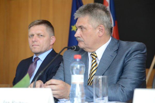 Predseda vlády Robert Fico a minister práce Ján Richter.