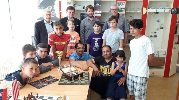 Spoločné foto Hrochotských jazdcov s organizátormi po turnaji v Banskej Bystrici. V zadnom rade druhý zľava prezident Slovenského šachového zväzu F. Jablonický.