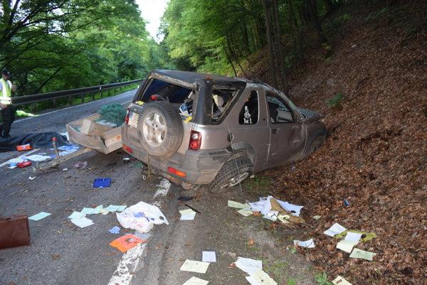 Vodič skončil s autom vo svahu, nehodu neprežil.