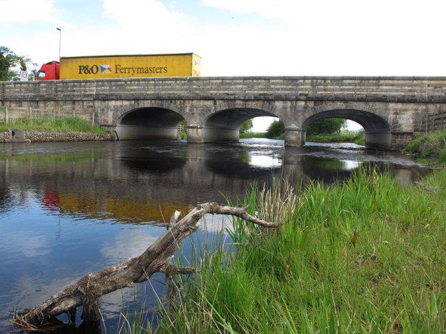 Most medzi Belcoo a Blacklion. Hranicu pripomína len značka s povolenou rýchlosťou. Míle sa v nej menia na kilometre.