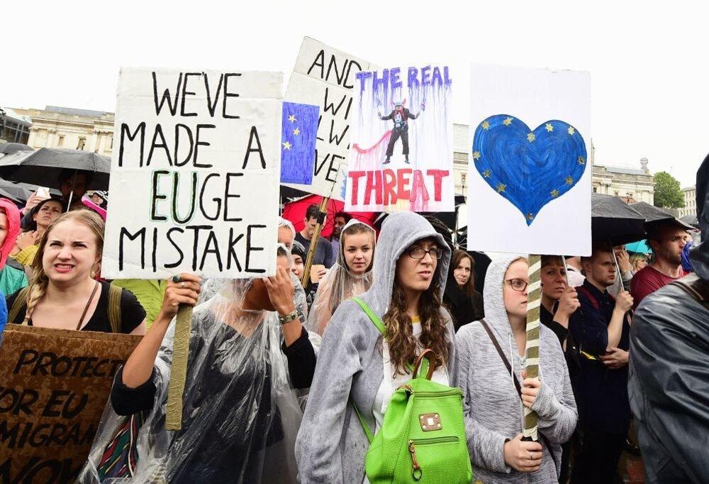 Protestujúci v Londýne.