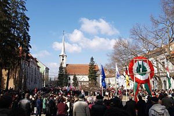 Oslavy 15. marca sú najdôležitejším národným sviatkom maďarských komunít žijúcich mimo územia Maďarska a zároveň výrazom maďarskej kultúrnej jednoty. Na slávnostiach za hranicami Maďarska sa zvyčajne zúčastňujú aj zástupcovia maďarskej vlády.