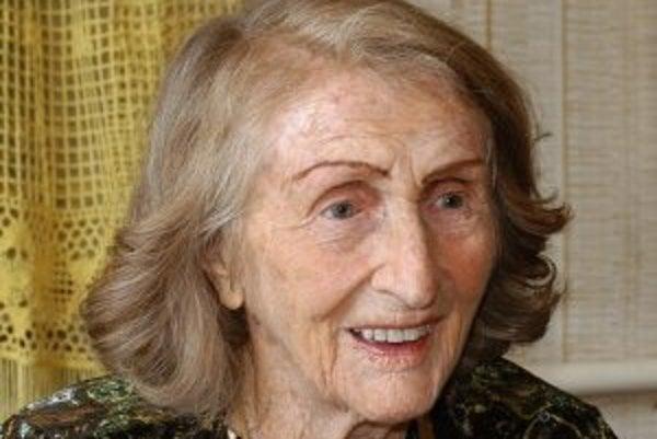 Narodila sa 13. novembra 1906 v českom Barchove. Začala študovať medicínu, ale nedokončila ju. Absolvovala herectvo na Hudobnej a dramatickej akadémii v Bratislave. Od roku 1929 až do roku 1969 bola členkou činohry Slovenského národného divadla. Hrala v t