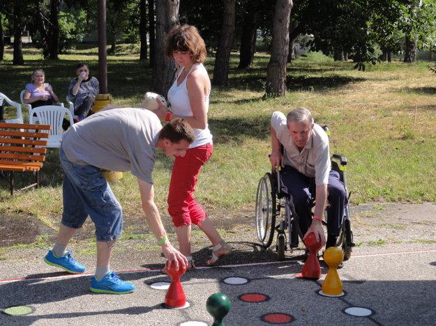 Dôchodcovia si zahrali Človeče, nehnevaj sa.