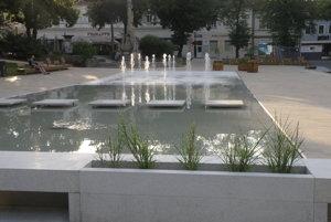 Časť Námestia slobody v Prievidzi zrekonštruovali. Za pamätníkom je novou dominantou fontána.