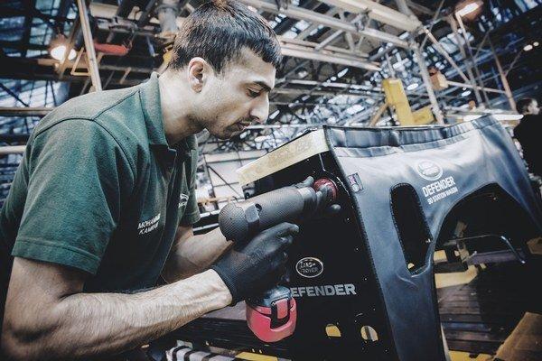 V nitrianskom závode Jaguar Land Rover si má nájsť prácu asi štyritisíc ľudí.