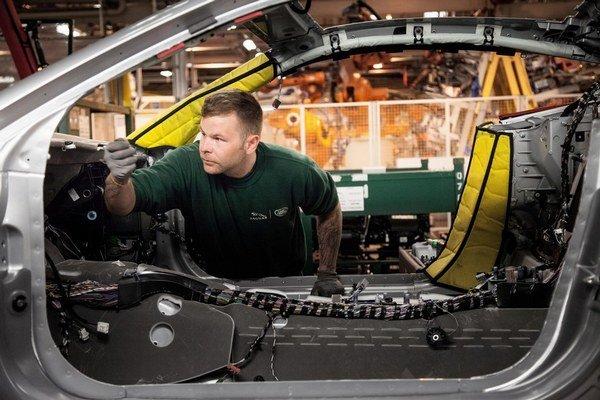 Jaguar Land Rover chce na Slovensku zamestnať asi päťtisíc ľudí.