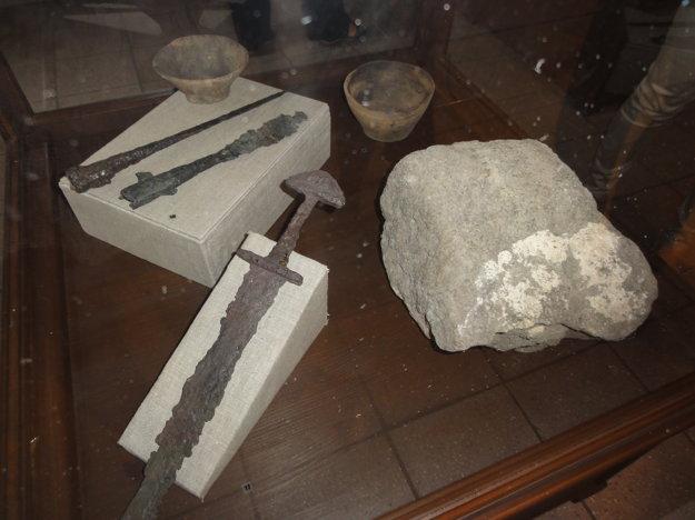Kameň z kostola sv. Emeráma na hrade z prvej polovice 10. storočia, keramika z hrobov z 10. a 11. storočia a kopije a meč z veľkomoravských mužských hrobov z 9. storočia.