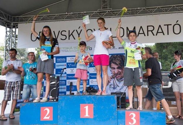 Zuzana Dudášová (v strede) obhájila víťazstvo na polmaratónskej trati.