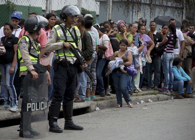 Rady pred supermarketom vo Venezuele.