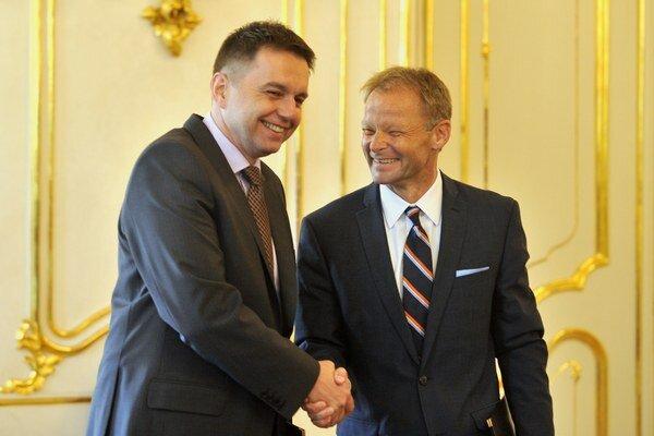 Minister financií Peter Kažimír (vľavo) a minister hospodárstva Vazil Hudák.