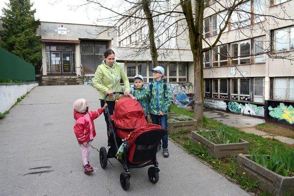 Mamička Zuzana. Deti zo školy nenechá ísť samy.