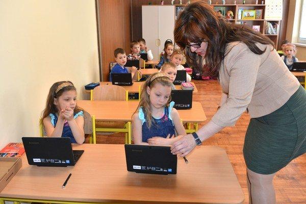 Prváci s tabletmi. Vyučovanie prebieha zábavnou formou.