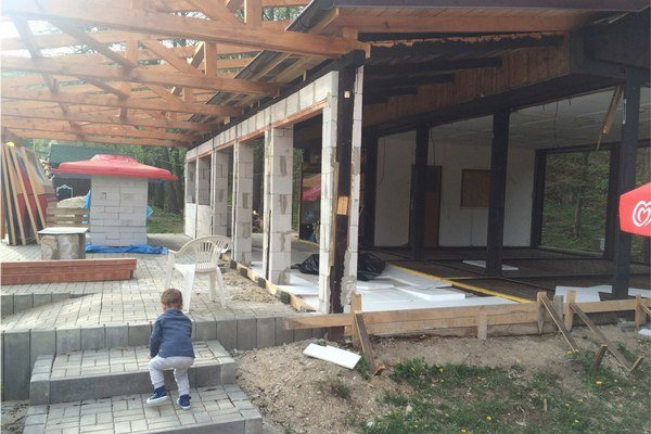Bez plota. K dvom rekonštruovaným stavbám bol voľný prístup.