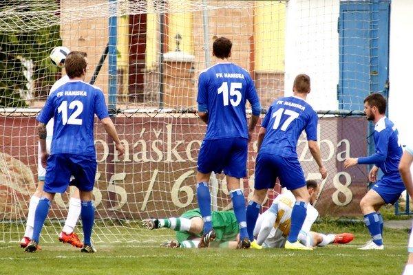 Úvodný gól. Medzi štvoricou domácich hráčov sa presadil Karol Sedláček (na zemi) aotvoril gólový účet stretnutia.