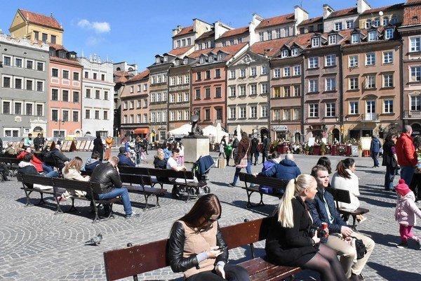 Námestie starého trhu v Starom meste. Starý trh (Rynek Starego Miasta) je jednou z najväčších turistických atrakcií Varšavy. Po vojne obnovené Staré mesto bolo v roku 1980 spolu s takisto zreštaurovaným Kráľovským palácom (Zamek Królewski) zapísan