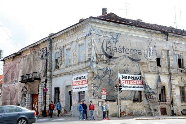 Bytový dom na Štúrovej. Budovu, kde roky prespávali iba bezdomovci, konečne opravili.