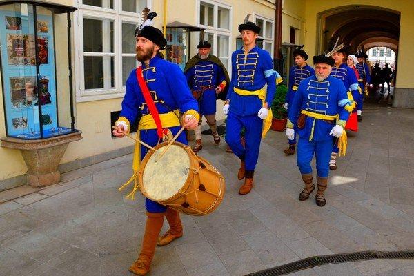Sprievod v historických kostýmoch. Členovia zoskupenia Via Cassa v historických kostýmoch pomohli dotvárať pri odovzdávaní ocenení mesta slávnostnú atmosféru.