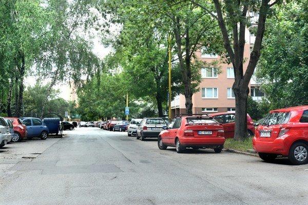 Palárikova ulica. Aj tam sa má od júla za parkovanie platiť.