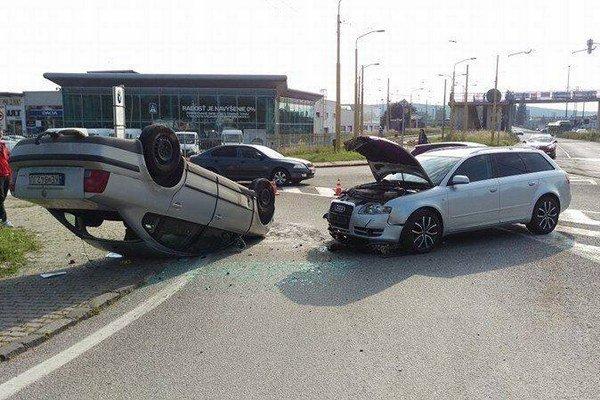 Prevrátené auto. Hasiči mali čo robiť, aby odstránili následky nehody.