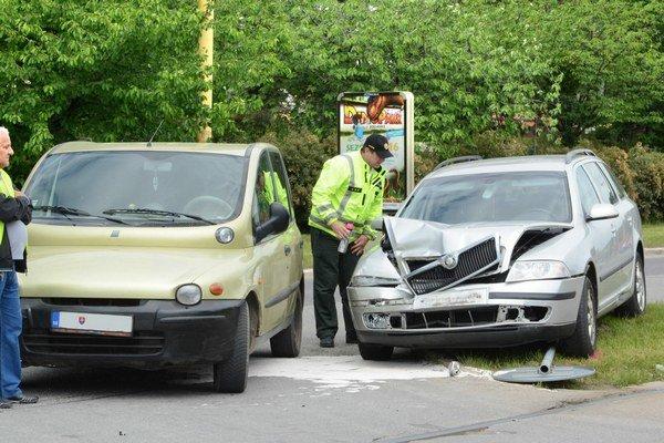 Hromadná nehoda. Policajti zisťovali, kto je na vine