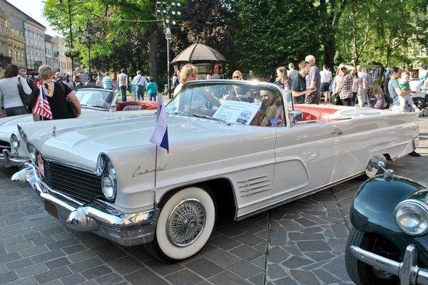 """""""Elvisov"""" krásavec. Taký Lincoln vlastnil a rád šoféroval kráľ rock&rollu Elvis Presley."""