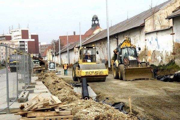 Práce na Kuzmányho boli súčasťou rekonštrukcie električkovej trate Námestie Maratónu mieru – Staničné námestie.