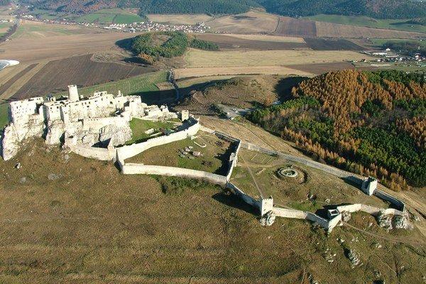 Spišský hrad je jedným z tipov na výlet v novej publikácii.