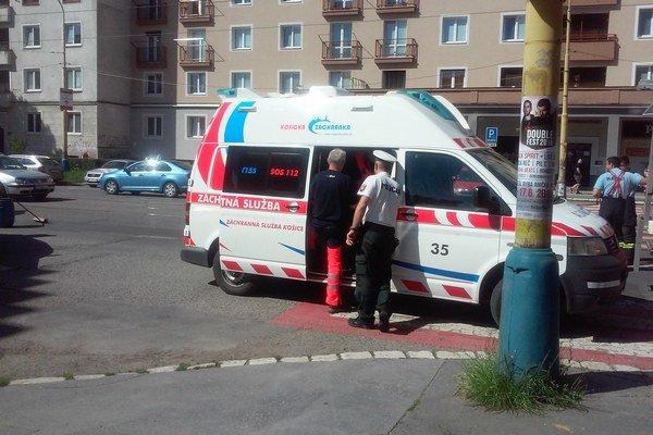 Po zrážke. Zostali zdemolované autá a chlapec, ktorý skončil v nemocnici.