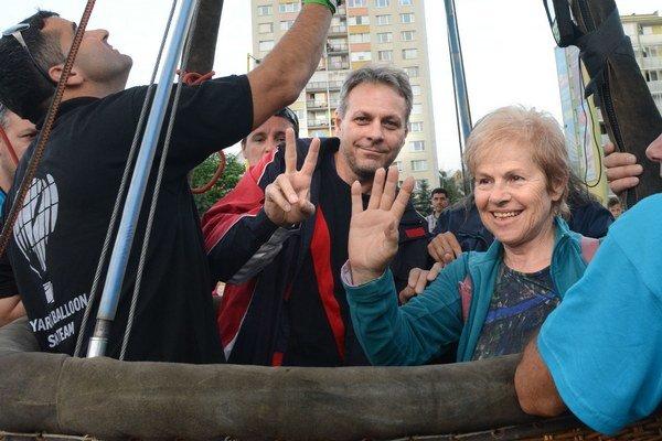 """Letela aj naša víťazka. Mária Kronová, 67-ročná Košičanka, len deň po oslave svojich narodenín premiérovo letela od Auparku do Beniakoviec. Dojmy mala veľmi dobré, lebo napr. videla z vtáčej perspektívy """"čéhačko"""", kde za svojich mladších čias trávila celé"""