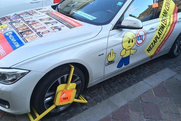 Mestskí policajti neberú ohľad. Auto jedného z aktivistov už stihli takto označkovať.