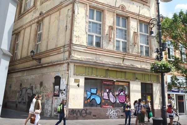 Predaná budova. Divadlo znižovalo cenu, opakovalo ponuku. Záujemca sa našiel.