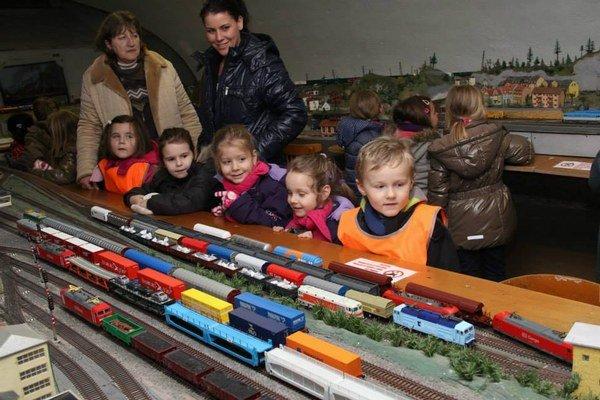 Detičky si prídu na svoje. Na dopravnej priemyslovke sa môžu premeniť aj na malých výpravcov.
